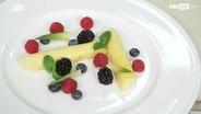 Cannolo di ananas, cioccolato bianco e frutti di bosco