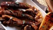 Costine, carciofi e patate alla griglia